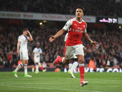 Ryan Giggs: Arsenal's Alexis Sanchez Would Give Manchester United 'A Lift'