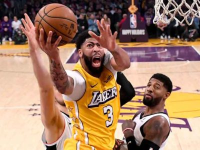 Lakers' Anthony Davis Exits Game With Lower Back Injury After Hard Fall