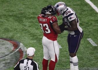 Watch: Dwight Freeney, Martellus Bennett's Helmets Get Stuck Together In Super Bowl LI